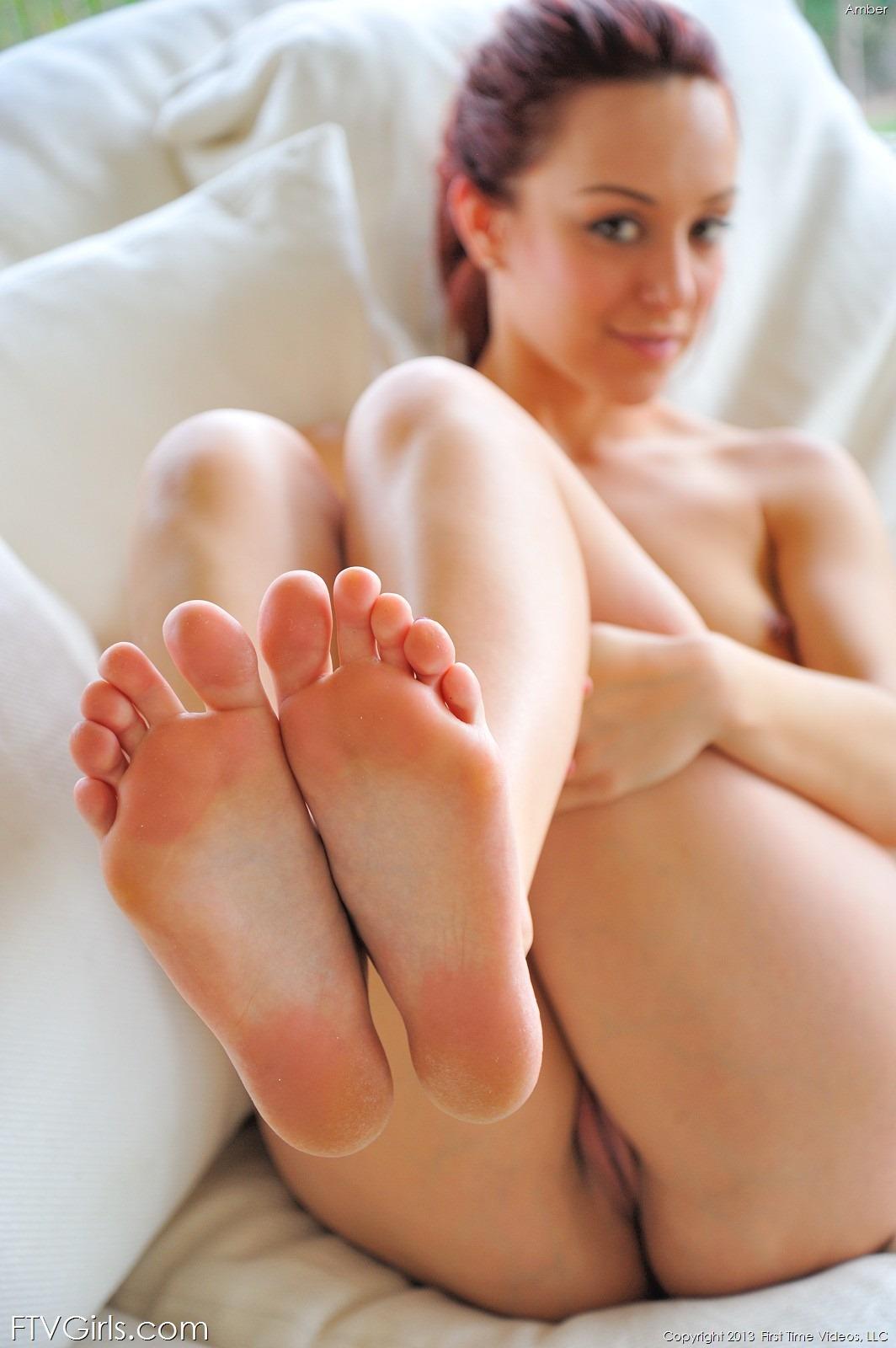 Связанная лежит на полу и мастурбирует 27 фотография