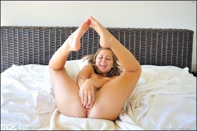 Молоденькая мастурбирует,танцует и играет с писькой