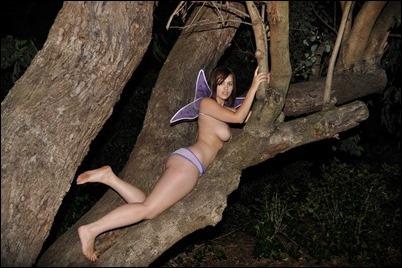 Голая девушка ночью в лесу
