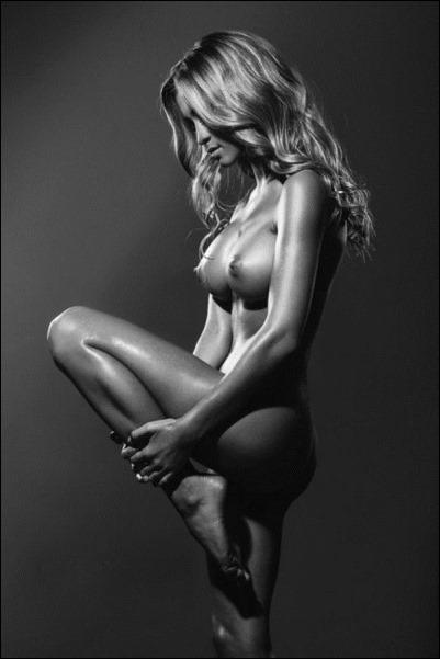 Молодая худая голая девушка-брюнетка