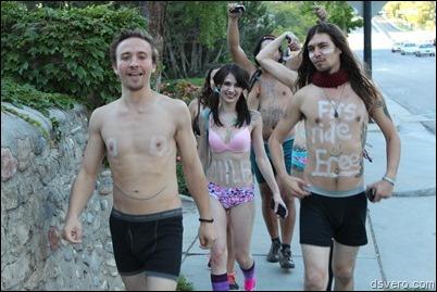 Молодые люди на улице в нижнем белье