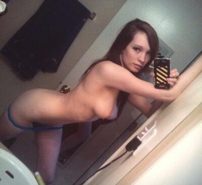 Молодая голая перед зеркалом