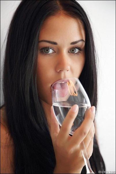 Симпатичная брюнетка голая с вином