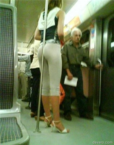 Девушка дежится за поручень попкой