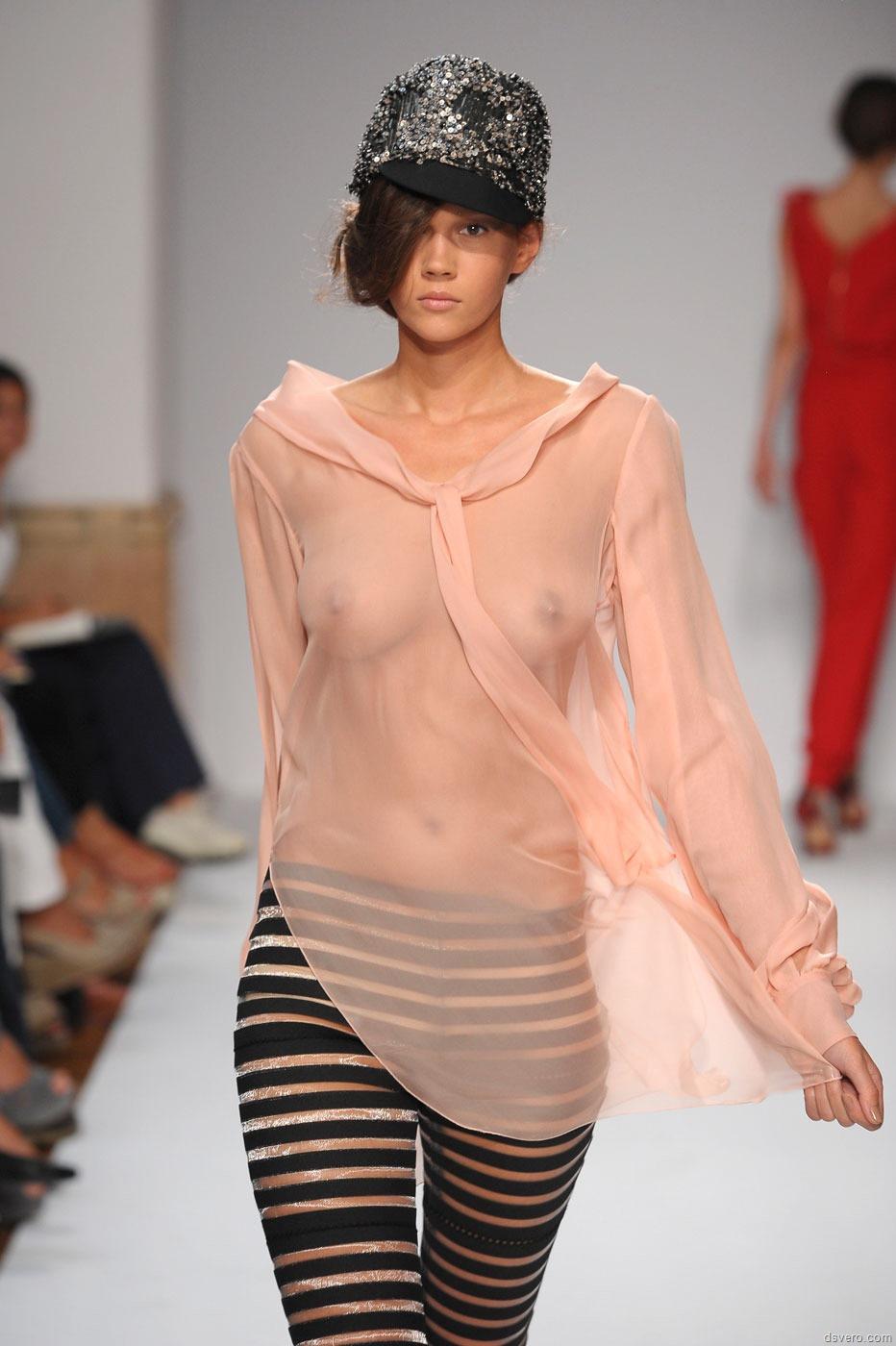 Смотреть показ мод голая мода 5 фотография