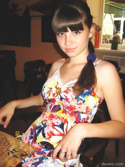 Красивые молодые девушки в одежде