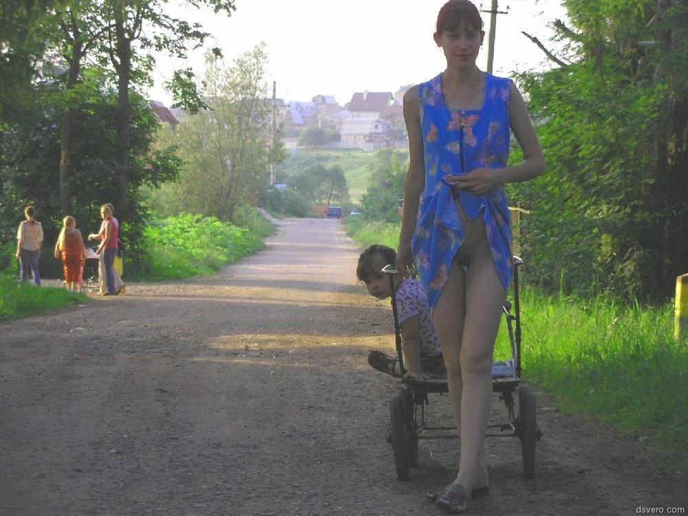 Бесстрашная Анюта гуляет голая по деревне