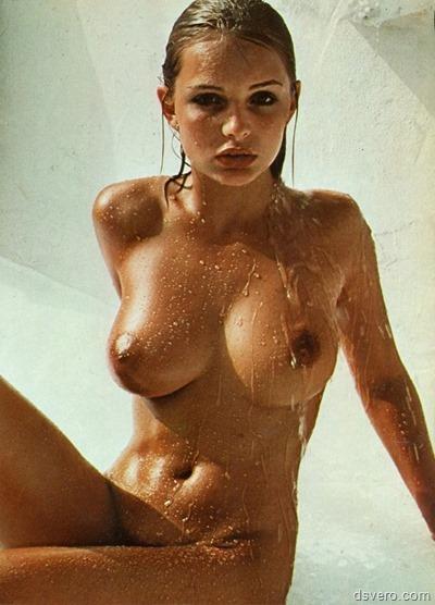 Голая красивая мокрая девушка