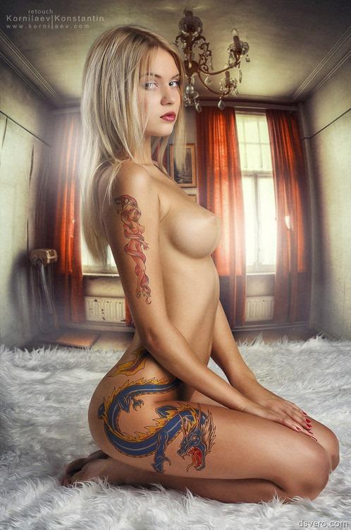 эро фото девушек с татуировкой
