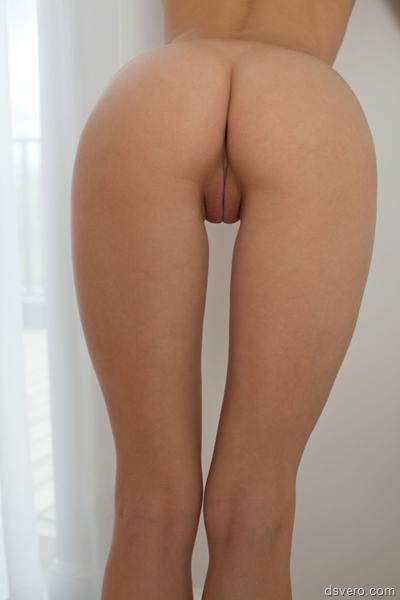 Девушки позируют голой попой в камеру