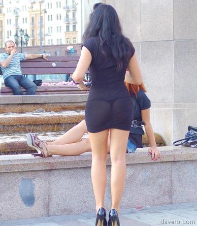 Девушки делают селфи