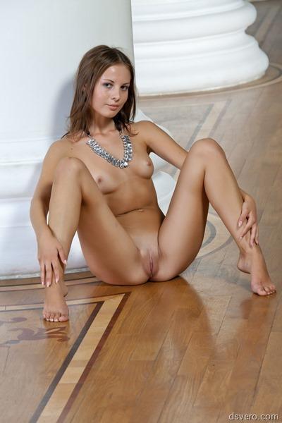 Очаровательная молодая голая девушка