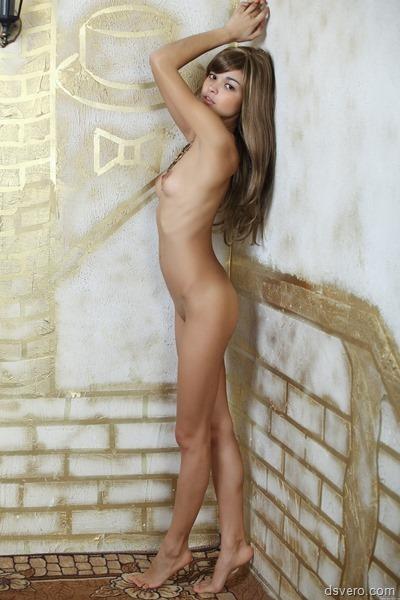 Худощавая девушка позирует голышом