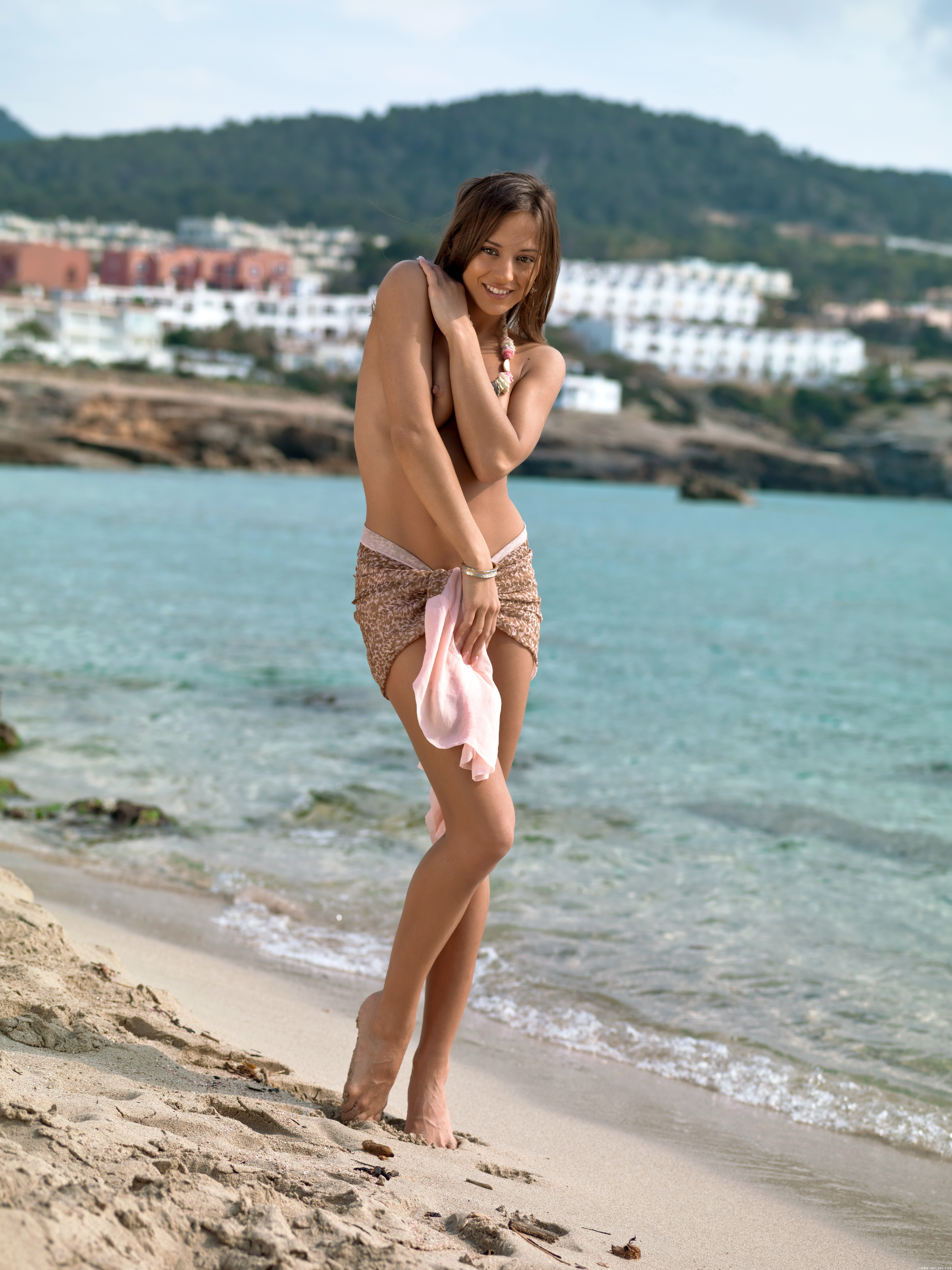 Юная девушка на пляже голая 21 фотография