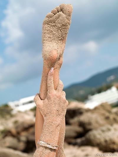 Голая дева на море показывает письку