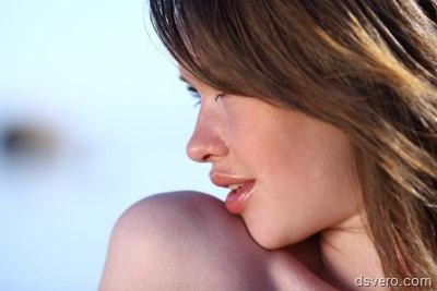 Красивая голая девушка у воды