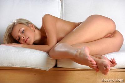 Молодая обнаженная высокая блондинка