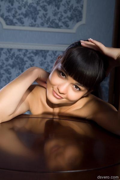 Красивая девчуля и ее волосатая киска
