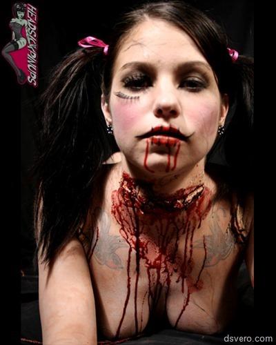 Голые девушки в крови, жуткое зрелище