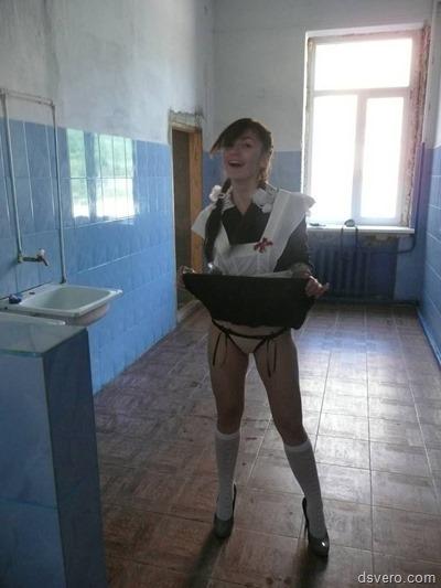 Девушки в юбках, камера под юбкой