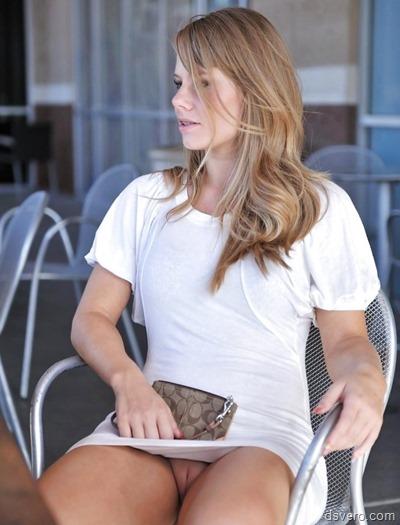 Девушка в лосинах в позе раком