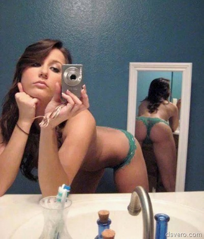 Одетые телки фотают себя в зеркало