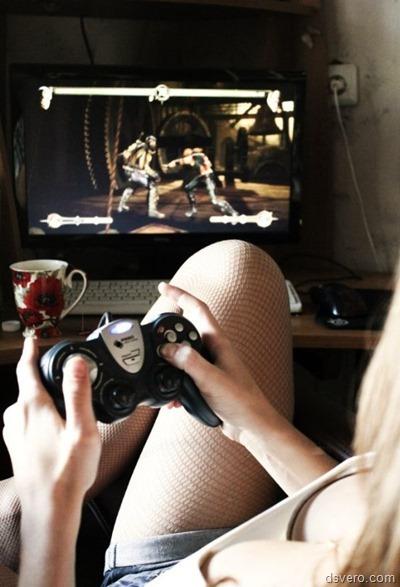 Девушки играют в компьютерные игры