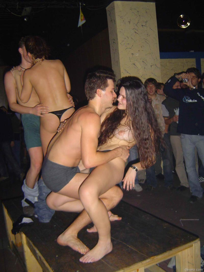 Секс издевательства над красоткой в публичном месте онлайн 13 фотография