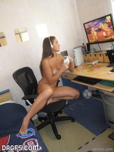 Голая девушка играет в компьютер