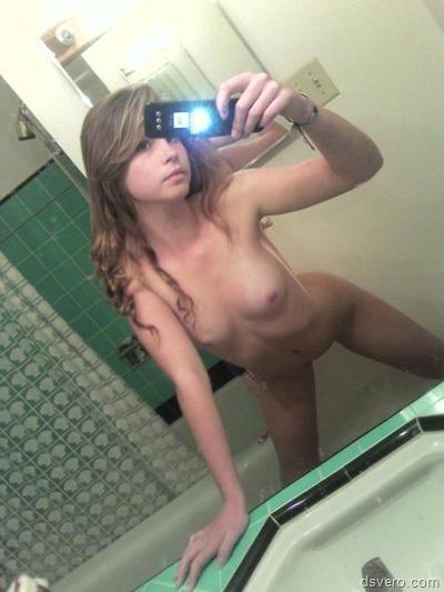 Голые красивые девушки делают селфи