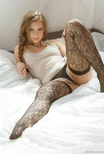 Девушка в чулках в постели