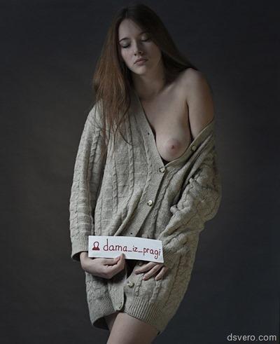 Девушки оголяют одну грудь