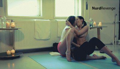 Девушки целуются (фотки и гифки)