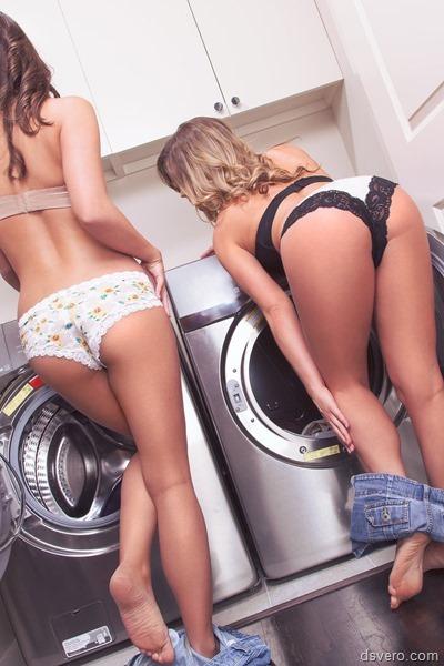 Девушки у стиральной машинки