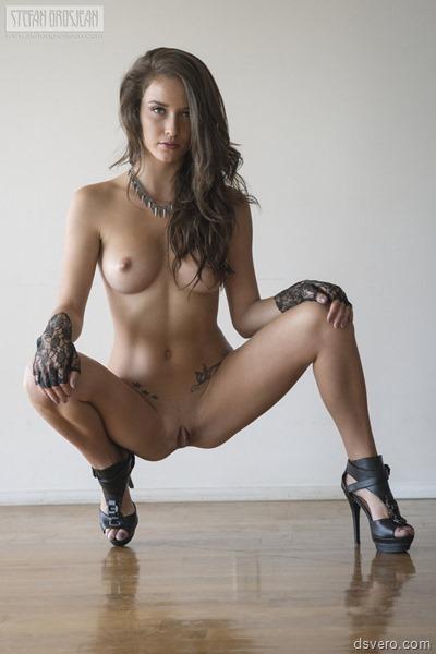 Сексуальная голая девушка позирует
