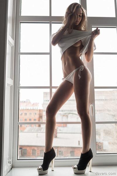 Симпатичная блондинка у окна