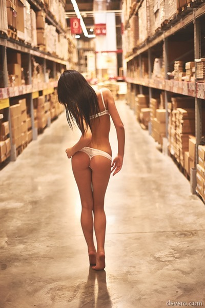 Девушка в нижнем белье на складе