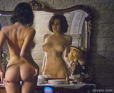 Голые девушки около зеркала