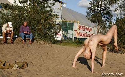 Голая девушка-акробат на публике