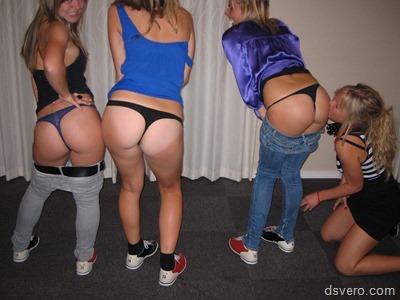 Много голых женских задниц