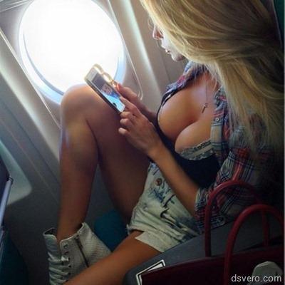 Девушка в маечке в поезде