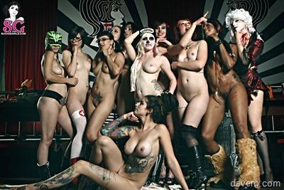 Эротический Хэллоуин: голые в костюмах