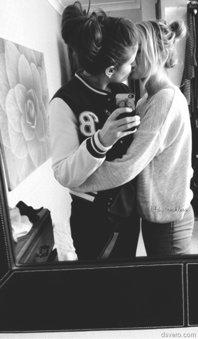 Девушки целуются друг с другом (фото)