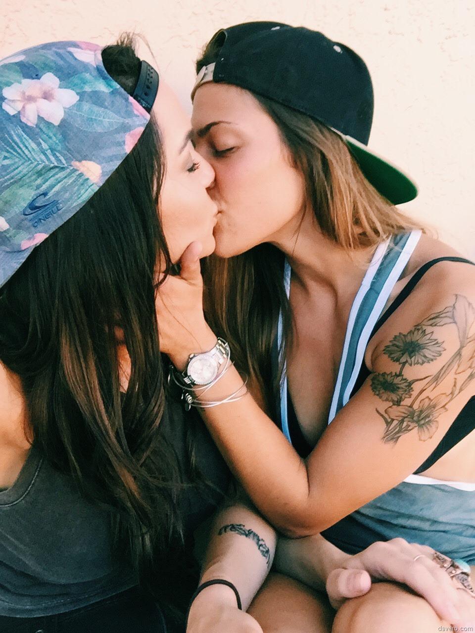 Фото как целуются девушка сдевушками 12 фотография