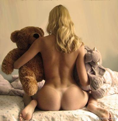 Голая девушка и плюшевый медведь