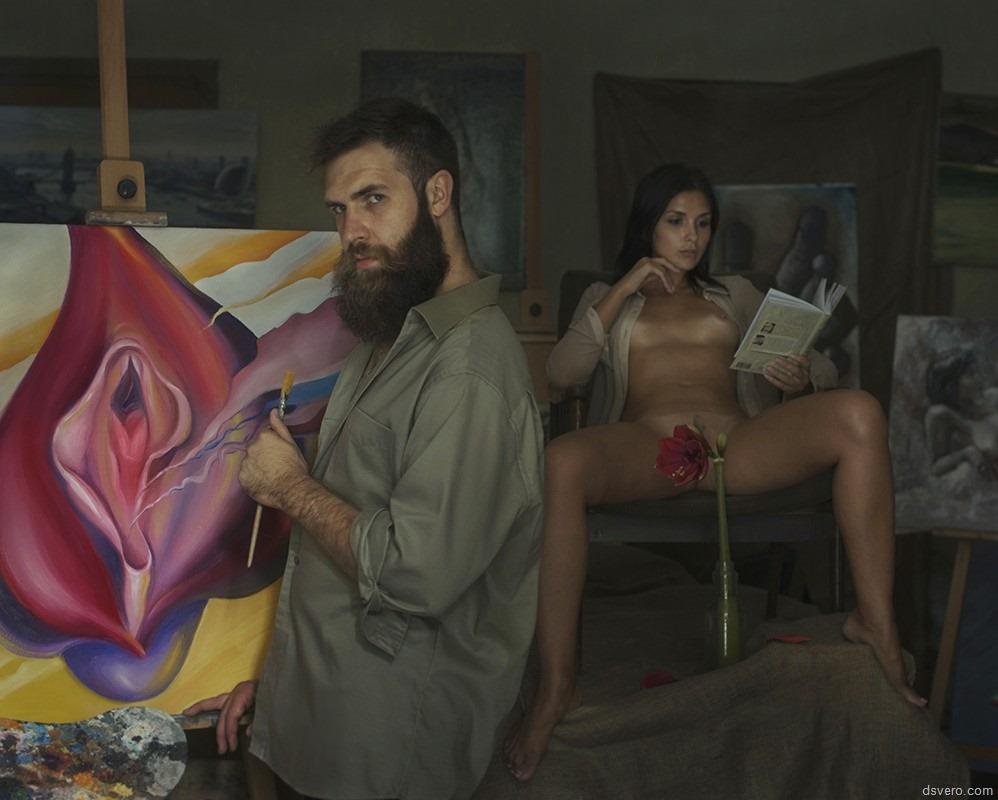 Художник рисует голую модель 2 фотография