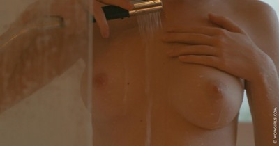Красивая обнаженная девушка в ванной