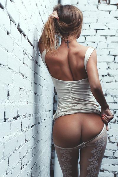 Сексуальная спина и попка девушки