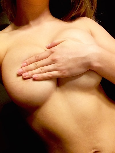 Девушки показывают голые сиськи
