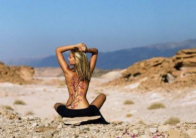 Голая девушка с рисунком на спине